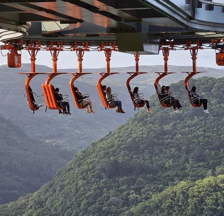 brinquedo no alto, localizado no skyglass canela, com vista para as montanhas