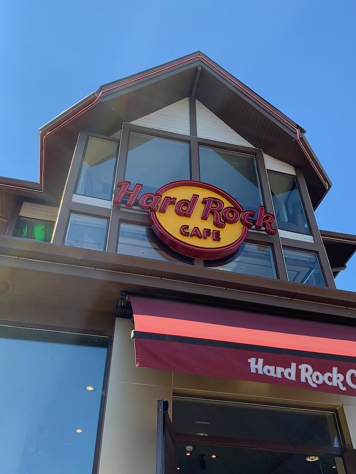 fachada do hard rock cafe gramado, nas cores vermelho e amarelo, durante um dia de céu azul