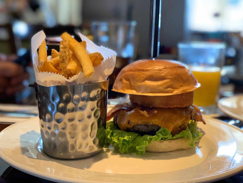 hamburguer com carne e salada, acompanhado de batata frita.