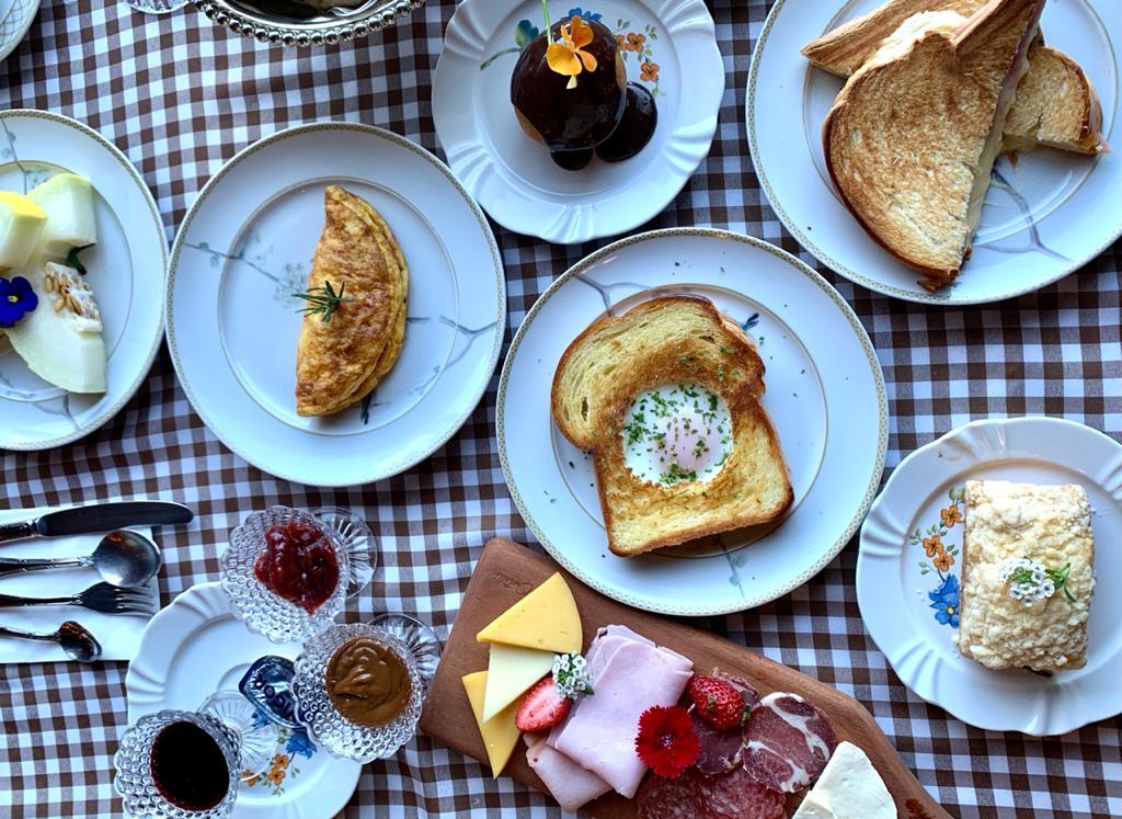 café da manhã de hotel, com frutas, pães, geleias, e tábua com frios